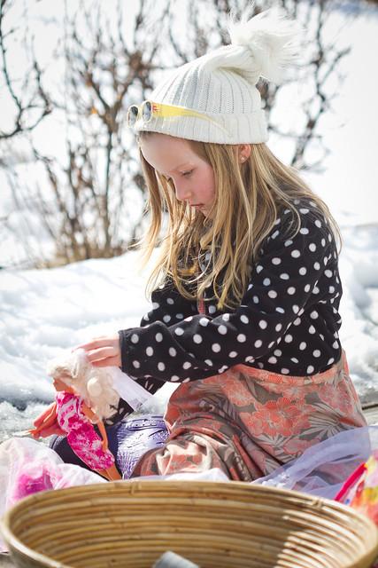 Emilie leker i hagen