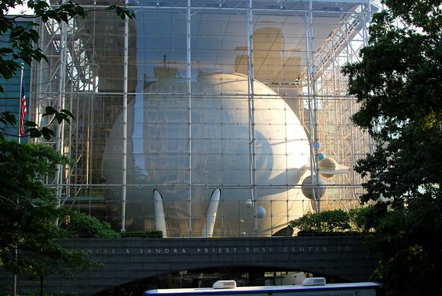 Нью-Йорк Планетарий,  внутри шара сидения вдоль стенок, экран весь шар, читает Вупи Голдберг, photo by Marta Lokhova