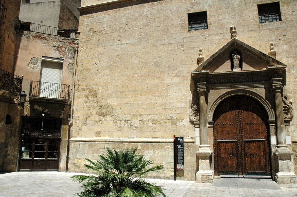 Puerta principal de la iglesia de San Pedro, Reus, Tarragona