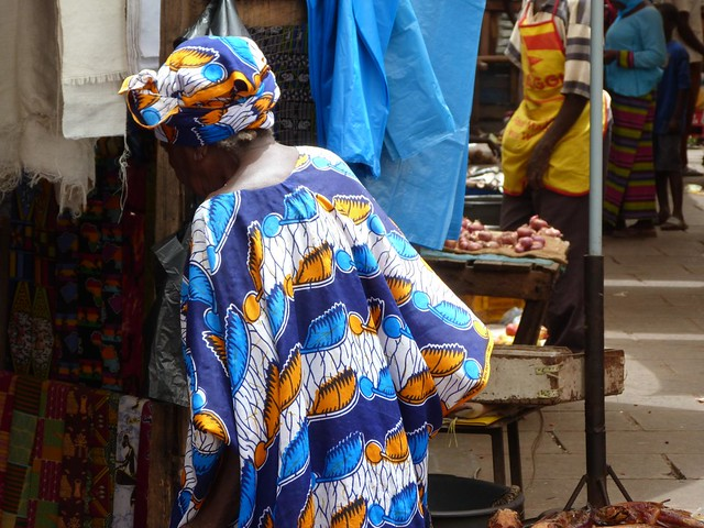 Mujer en un mercado de África occidental (Rumbo a Togo y Benín)