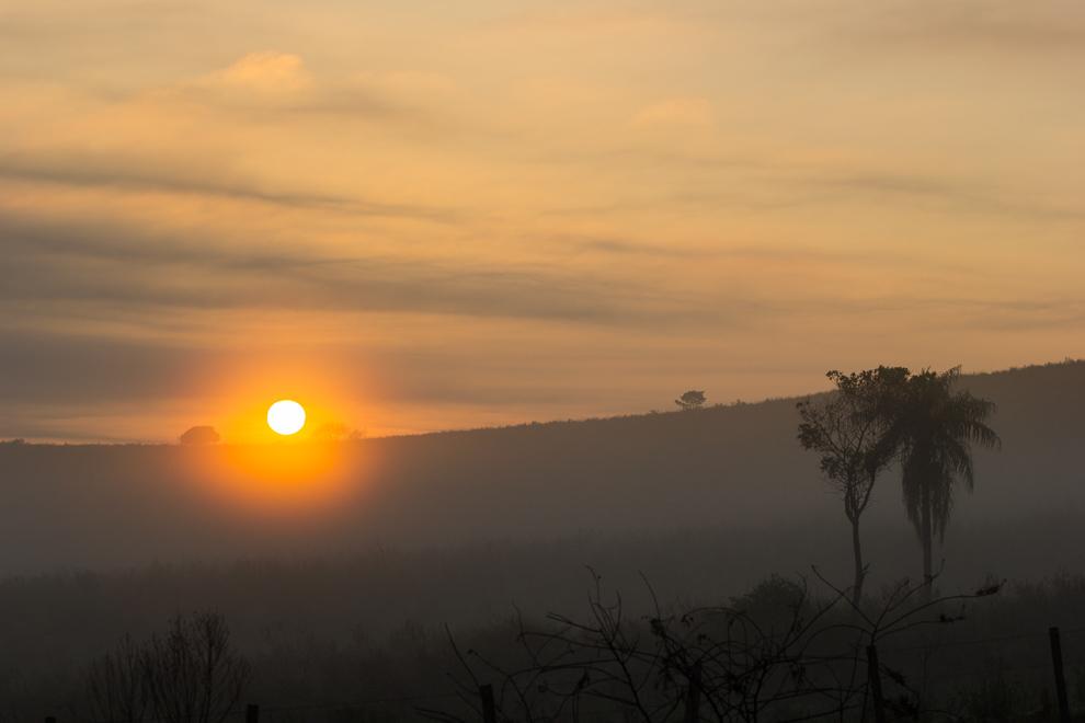 Rumbo a Puerto Ita Verá el amanecer nos recibió con el sol en el horizonte apareciendo en medio de la bruma matinal. (Tetsu Espósito)