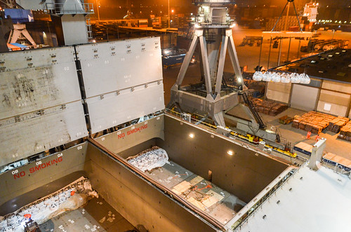 Unloading the break bulk cargo from the tweendeck
