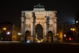 Imagen de Puerta de la Victoria. bynight lighttrails munic