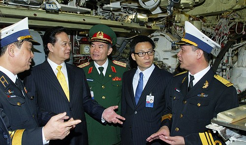 Vietnamese Deputy Defense Minister Senior Lieutenant General Truong Quang Khanh (C) accompanies Prime Minister Nguyen Tan Dung (L, 2nd) to visit Hanoi Kilo-class submarine at the port of Kaliningrad, Russia May 13, 2013.