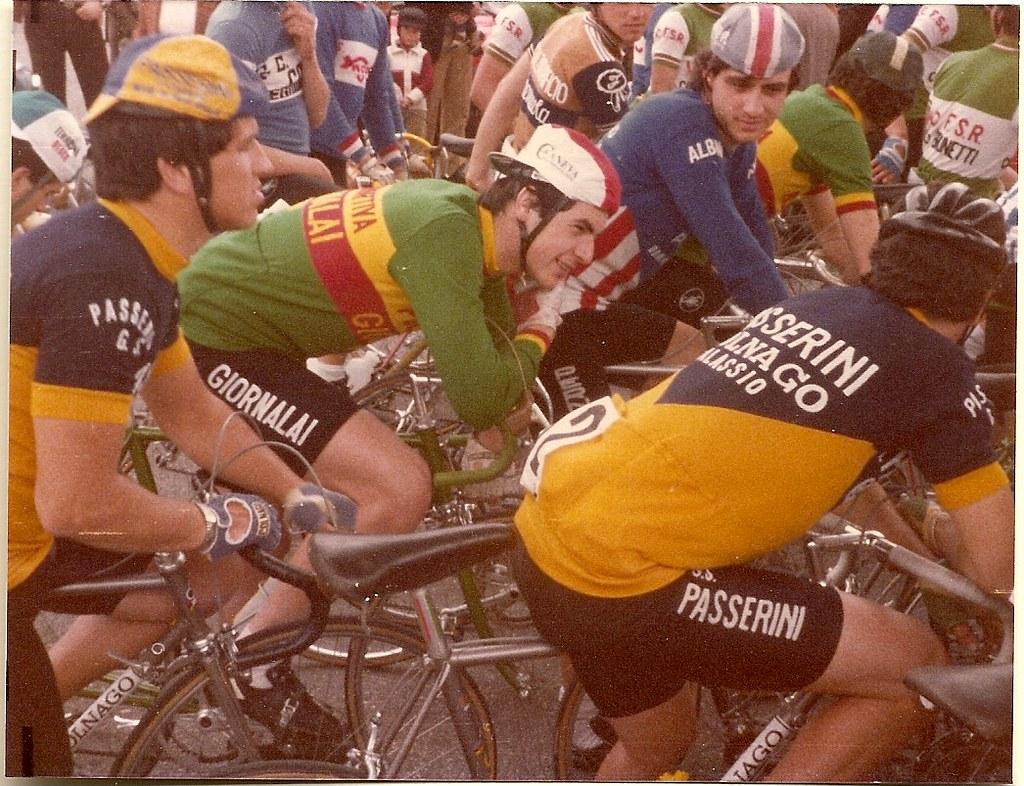 Antonelli alla partenza del Trofeo Leoni (Categoria Dilettanti - 1980- Rieti): società d'appartenenza  Polisportiva Giornalai ( divisa verde). Vicino a lui (sinistra) Giuseppe Faraca, della Passerini, poi Maglia Bianca al Giro d'Italia Professionisti.