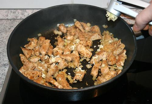 23 - Knoblauch dazu pressen / Add garlic