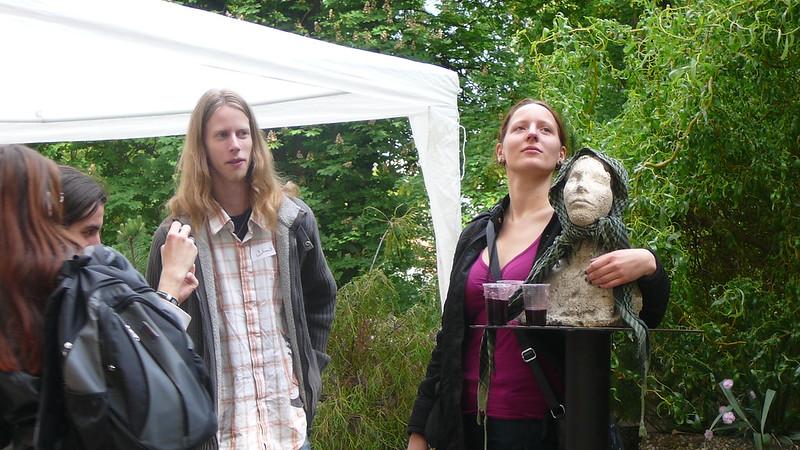 Vystavená busta zkrášlující dvůr nebyla ušetřena vtípků. Foto: Adéla Procházková