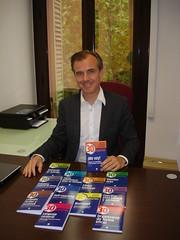 """El editor Josep Pi muestra """"¡Me voy! Trabajar en el extrajero y cómo afrontar el traslado"""", un libro dirigido a los que se van fuera a buscar nuevas oportunidades profesionales."""