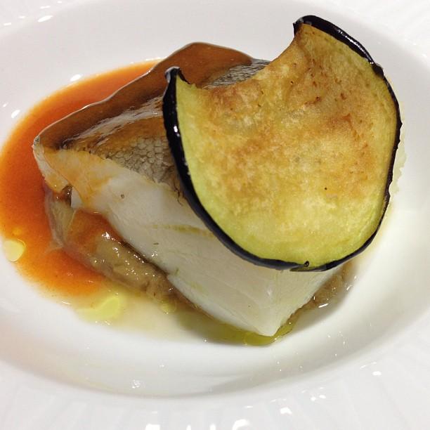 Bacalao confitado al aroma del ajo, crema de berenjena y vizcaína de txakoli