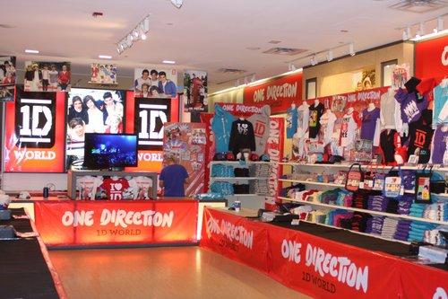 Dec 15, · The store has been popular among fans of the British boy band, One Direction. While Niall Horan, Zayn Malik, Liam Payne, Harry Styles and Louis Tomlinson might not be at the store in the flesh, the likeness of the five band members are everywhere including full size posters of each dufucomekiguki.ga: NYC ♥ NYC.