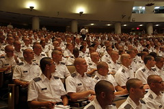 Nhìn kỳ chính giữa ảnh có một nữ SVSQ ngồi với hàng ngàn nam SVSQ khác--One girl in the middle of thousands boys!