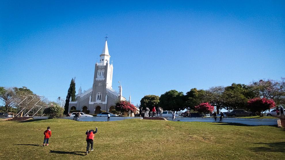 Niños se divierten en los espacios verdes frente a la iglesia de Areguá, en una fresca tarde de domingo, muchos otros turistas realizan su recorrido por esta zona para obtener fotografías y descansar en el pasto (Elton Núñez).
