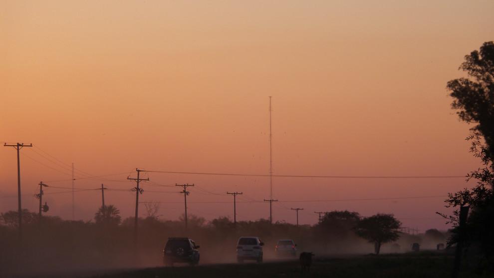 Automóviles y motocicletas vuelven a Asunción por un camino de tierra en Chaco´i luego de participar de una corrida de Auto Cross. (Tetsu Espósito).