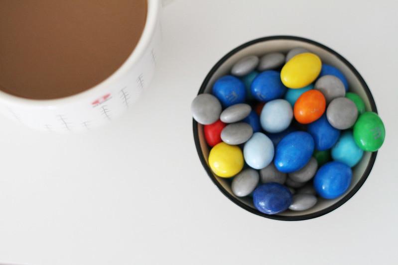 kaffe och m&ms.