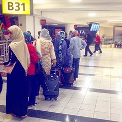 More ladies in waiting. . . . . . #pakistani #pakistaniwomen #jfkairport #terminal4 #pakistaninternationalairlines #gateb31 #deltaterminal #sari #pakistanbound #lahorebound