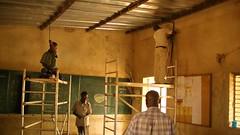 Installation der Leitungen und Lampen in der Schule in Pathiri