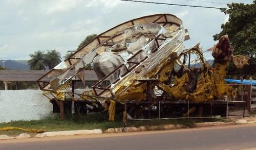 Carro alegórico entrava a passagem. Foto: Cláudio Pimentel