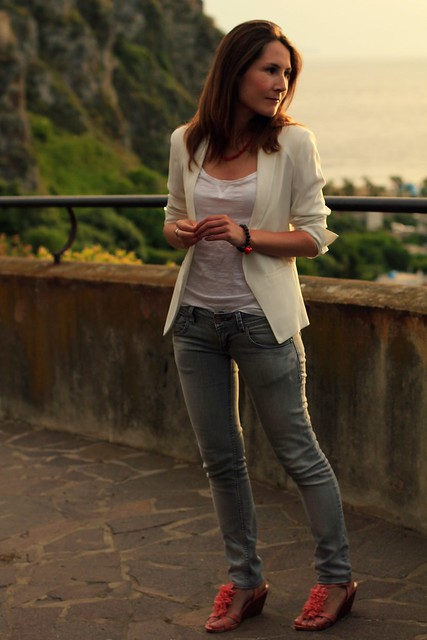 outfit blanco y gris