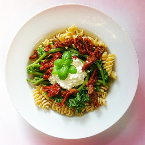 Pasta week, recipe n.1: whole grain fusilli, sun dried tomatoes, green beans, kale, basil, cottage cheese, extra virgin olive oil. #salad #salads #saladjam #health #healthy #pasta #wholegrain #organic #kale #beans #healthydiet #healthyfood #healthylunch #