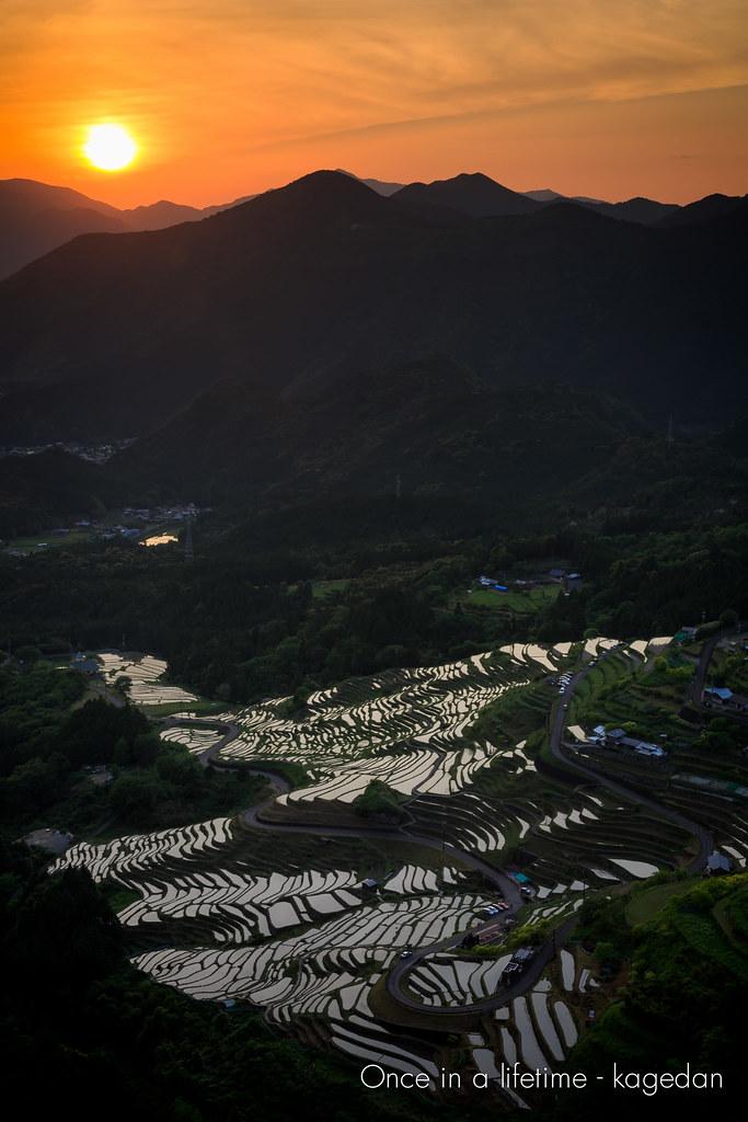 山の向こうに陽は落ちる