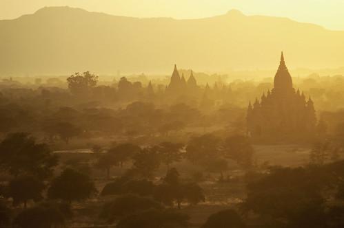 sunset landscape outdoors temple pagoda nikon asia southeastasia d70 burma aerialview buddhism myanmar asie paysage coucherdesoleil pagan bagan bouddhisme pagode birmanie 123faves asiedusudest pascalboegli