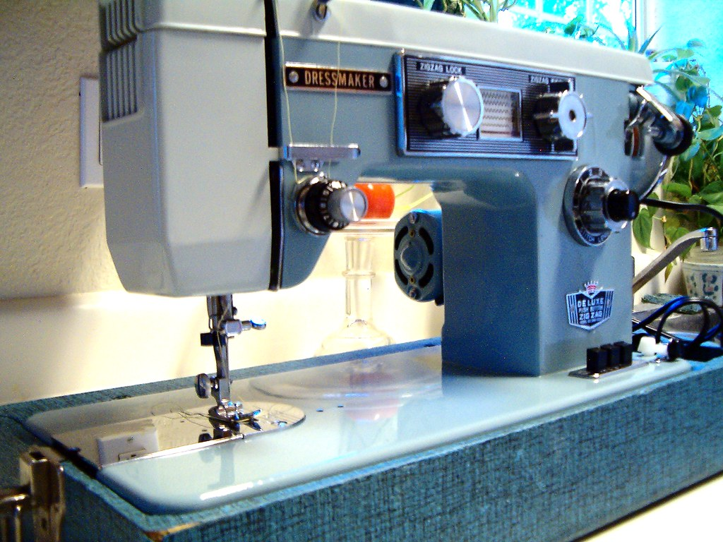 Vintage Dressmaker SWA 2000 Sewing Machine