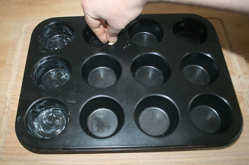 13 - Muffinform ausfetten / Grease muffin tray