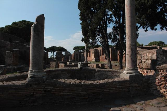 Le colonne che incorniciano gli scorci dell'antica città