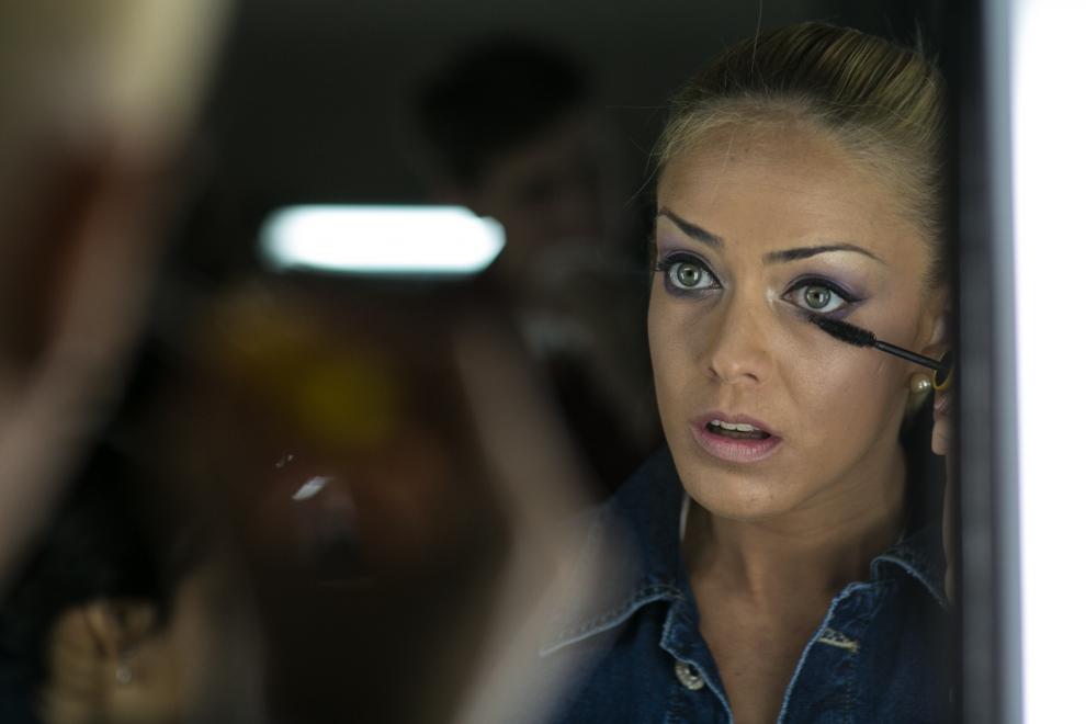Andrea Stanley se maquilla frente al espejo en el backstage del Asunción Fashion Week. (Tetsu Espósito)