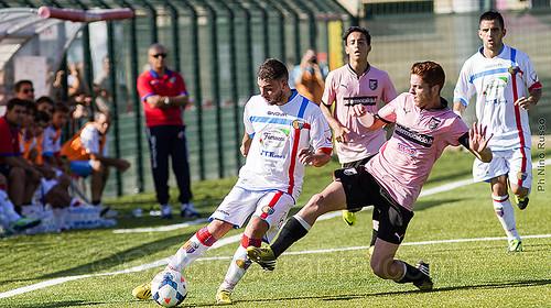 Il Catanese Agostino Gallo in azione contro il Palermo...
