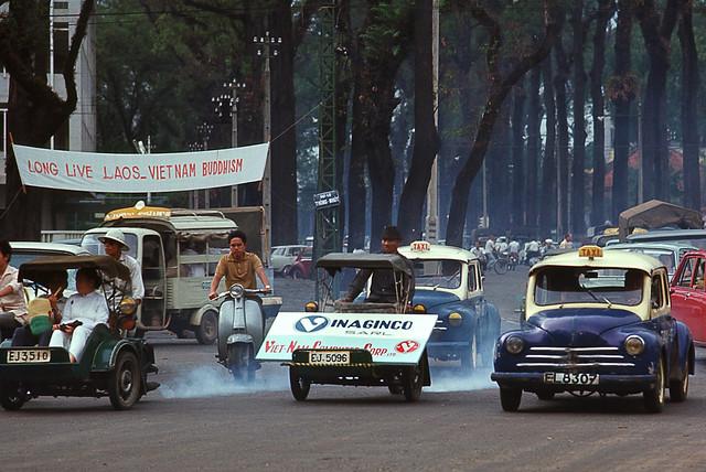 Saigon May 1969 - traffic at JFK Square - by Brian Wickham