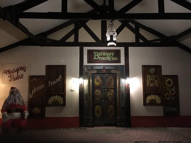 ボホールきってのおしゃれレストランBeeFarm。なおこのドアはフェイクのようで開かなかった…