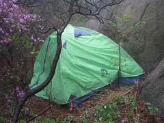 队员明华的营地。在一巨石的背后。