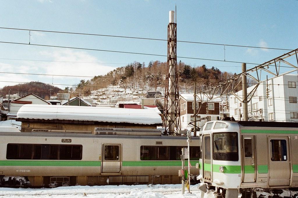 小樽駅 Otaru, Japan / Kodak ColorPlus / Nikon FM2 站在月台上往遠方看,遠方的山上都是雪,那時候看得很興奮。  是雪耶!!!  Nikon FM2 Nikon AI AF Nikkor 35mm F/2D Kodak ColorPlus ISO200 8268-0026 2016/02/02 Photo by Toomore