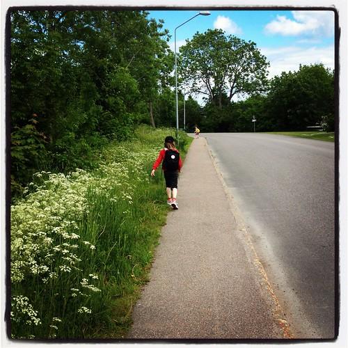 Nästan framme hos mina föräldrar i Öregrund - Klara och Viggo springer i förväg