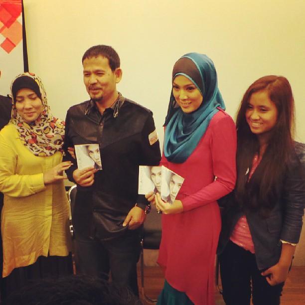 #LiveUpdate : Congrats! Shila Amzah bersama keluarga di #PraDengarAlbumShilaAmzah