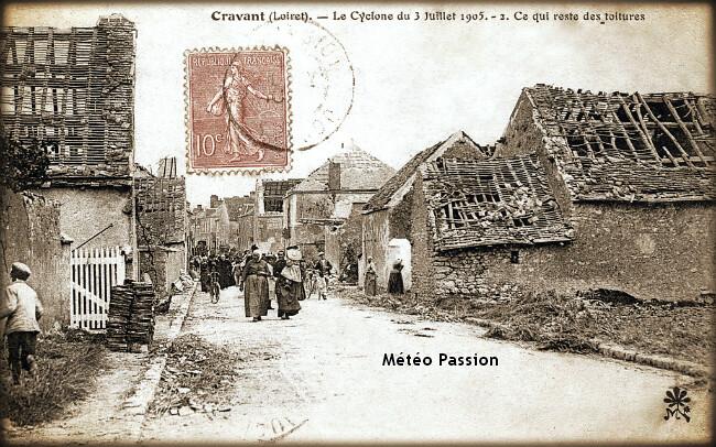 rue principale de Cravant et ses toitures ravagées par la tornade du 4 juillet 1905 météopassion