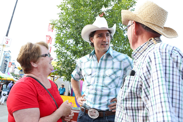 Justin Trudeau chatting with Canadians at the Calgary Stampede. / Justin Trudeau discute avec des Canadiens lors du Stampede à Calgary. - Calgary, AB - July 7, 2013 (Photo: Adam Scotti)