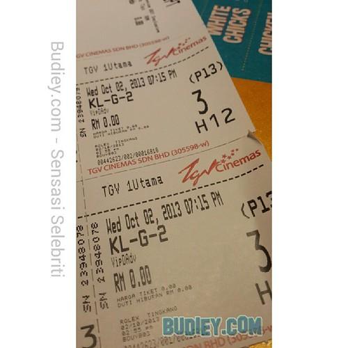 Budiey akan tonton filem KL Gangster 2 buat kali pertama malam ni. Serius cakap ni, mmg kali pertama tonton. Setakat ni filem ni dah kutip RM400ribu. Omg, kalau best, Budiey akan tgk lagi. Jom sokong filem Malaysia!