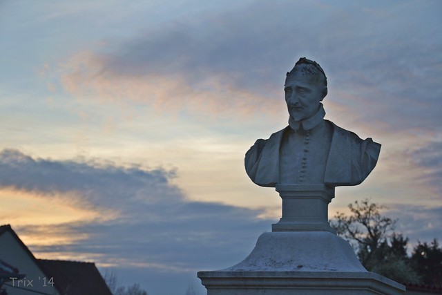 Buste de Pierre de Ronsard dans le coucher de soleil à Couture-sur-Loir