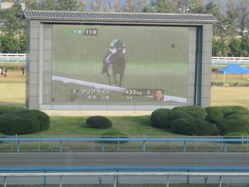 金沢競馬場のビジョンで映されるJRAのレース