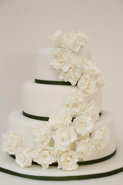 Hochzeitstorte weiß schlicht rosen