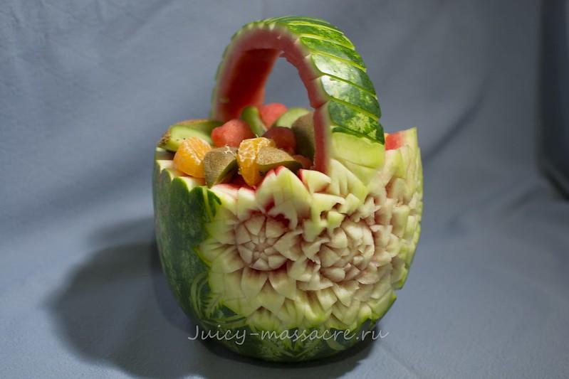 Корзинка из арбуза с кусочками фруктов