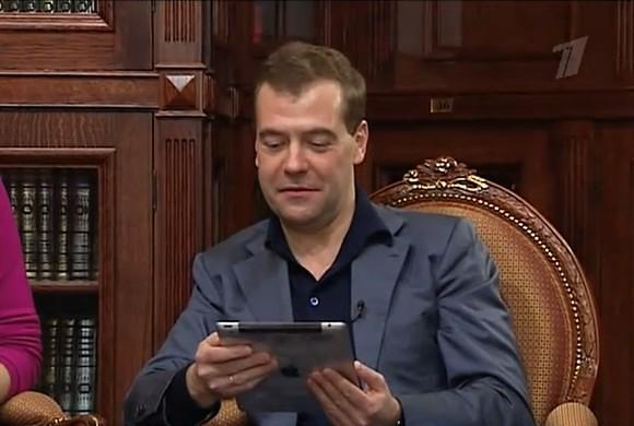 Медведев рекламирует Apple iPad