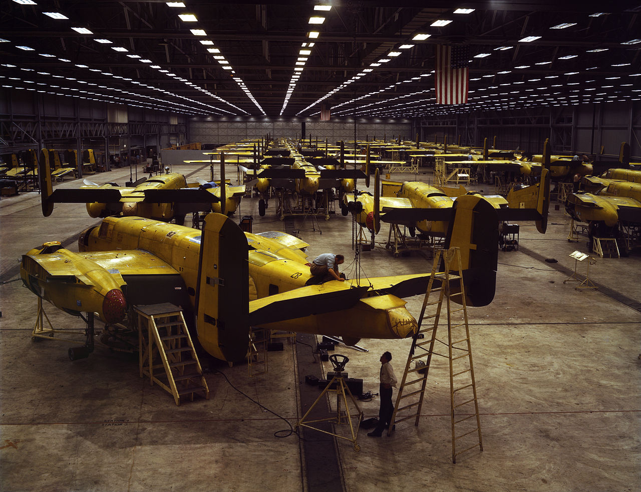 Assembling the North American B-25 Mitchell at Kansas City, Kansas (USA).