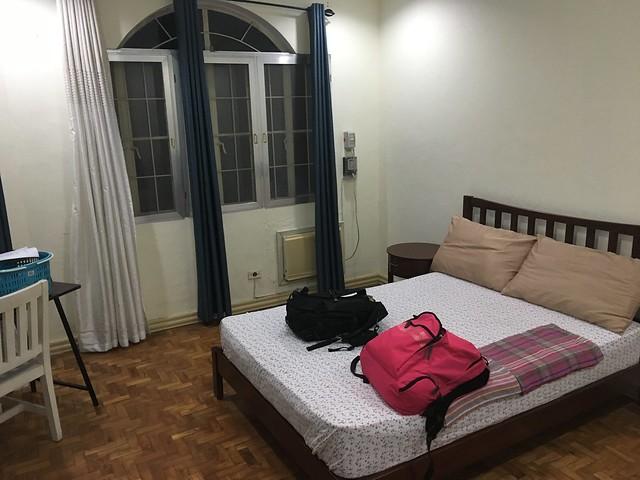 学校の寮。ひろびろ2人部屋。