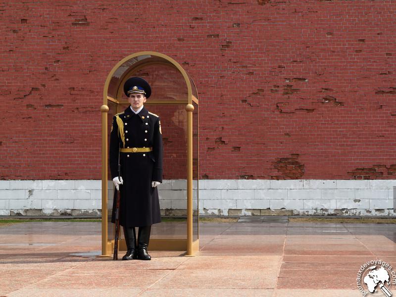 Soldat gardant la tombe du soldat inconnu