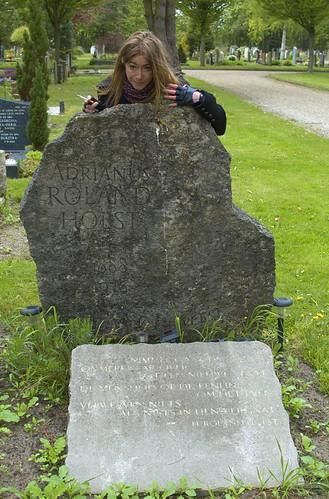 Roos bij graf Adriaan Roland Holst