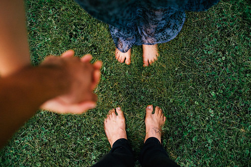 LE LOVE BLOG LOVE PHOTO IMAGE PIC HOLDING HANDS COUPLE BOYFRIEND GIRLFRIEND GRASS Peace and Love in the Countryside by Emmanuel Rosario, on Flickr