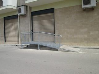 Serranda chiusa dell'ormai ex Ufficio del Giudice di Pace, trav. via F. Giampaolo